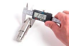 Μέτρηση με τον ηλεκτρονικό ψηφιακό παχυμετρικό διαβήτη στοκ εικόνες με δικαίωμα ελεύθερης χρήσης