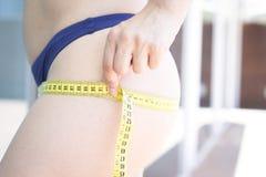 μέτρηση της γυναίκας μέσης & Στοκ Εικόνες