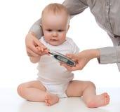 Μέτρηση της δοκιμής χημείας αίματος επιπέδων γλυκόζης από το παιδί διαβήτη στοκ εικόνες