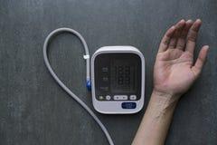 Μέτρηση της πίεσης του αίματος και του σφυγμού ενώ νευρικός Στοκ Φωτογραφίες