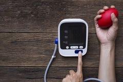 Μέτρηση της πίεσης του αίματος και του σφυγμού ενώ νευρικός Στοκ Εικόνες