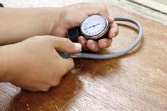 Μέτρηση της πίεσης του αίματος με το sphygmomanometer Στοκ φωτογραφία με δικαίωμα ελεύθερης χρήσης