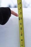Μέτρηση της πτώσης χιονιού στοκ εικόνα