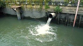 Μέτρηση της στάθμης ύδατος στον κοντινό σωλήνα αγωγών νερού καναλιών πόλεων φιλμ μικρού μήκους