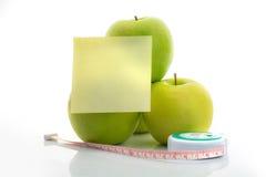 Μέτρηση της ταινίας και του πράσινου μήλου ως σύμβολο της διατροφής με pap σημειώσεων Στοκ Εικόνα