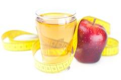 Μέτρηση της ταινίας, των μήλων και του ποτηριού του χυμού μήλων Στοκ φωτογραφία με δικαίωμα ελεύθερης χρήσης