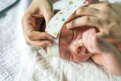 Μέτρηση του επικεφαλής κυκλώματος ενός νεογέννητου αγοράκι Στοκ φωτογραφία με δικαίωμα ελεύθερης χρήσης