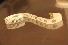 Μέτρηση του καφετιού άσπρου ρόλου υποβάθρου λουρίδων αριθμών ταινιών Στοκ Εικόνες