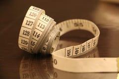 Μέτρηση του καφετιού άσπρου ρόλου υποβάθρου λουρίδων αριθμών ταινιών Στοκ φωτογραφία με δικαίωμα ελεύθερης χρήσης