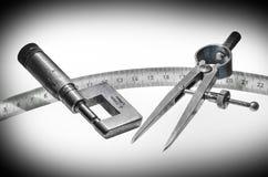 Μέτρηση του μικρόμετρου εργαλείων με τον κυβερνήτη και τον κύκλο 5 στοκ φωτογραφίες