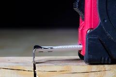Μέτρηση των εργαλείων σε ένα εργαστήριο ξυλουργικής Χάλυβας που μετρά την ταινία επάνω Στοκ φωτογραφία με δικαίωμα ελεύθερης χρήσης