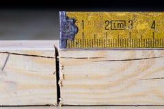 Μέτρηση των εργαλείων σε ένα εργαστήριο ξυλουργικής Χάλυβας που μετρά την ταινία επάνω Στοκ Εικόνα
