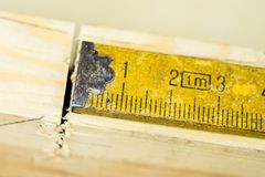 Μέτρηση των εργαλείων σε ένα εργαστήριο ξυλουργικής Χάλυβας που μετρά την ταινία επάνω Στοκ εικόνα με δικαίωμα ελεύθερης χρήσης