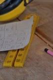 Μέτρηση των εργαλείων στον πάγκο εργασίας με τα καλύμματα αυτιών Στοκ εικόνες με δικαίωμα ελεύθερης χρήσης