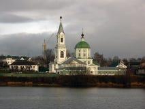 Μέτριο ορθόδοξο μοναστήρι στον ποταμό του Βόλγα Στοκ φωτογραφία με δικαίωμα ελεύθερης χρήσης