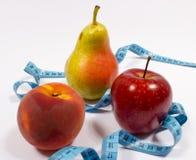 Μέτρο της Apple, αχλαδιών, ροδάκινων και ταινιών, έννοια διατροφής Στοκ Φωτογραφία