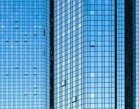 Μέτωπο γυαλιού προσόψεων του ουρανοξύστη με τις αντανακλάσεις ήλιων Στοκ Φωτογραφίες