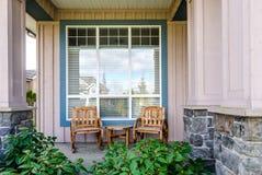 Μέτωπο ενός αγροτικού σπιτιού με ένα patio Στοκ Φωτογραφίες
