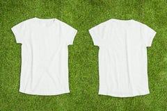 Μέτωπο και πίσω μέρος της άσπρης κενής μπλούζας στο υπόβαθρο χλόης στοκ φωτογραφίες με δικαίωμα ελεύθερης χρήσης