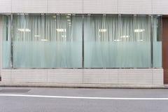 Μέτωπο καταστημάτων μπουτίκ καταστημάτων με το μεγάλο παράθυρο και θέση για το όνομα στοκ φωτογραφία με δικαίωμα ελεύθερης χρήσης
