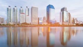 Μέτωπο νερού κτιρίου γραφείων πόλεων με την αντανάκλαση στοκ φωτογραφία με δικαίωμα ελεύθερης χρήσης