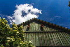 Μέτωπο της ξύλινης σιταποθήκης με το σκούρο μπλε ουρανό με τα σύννεφα Στοκ Εικόνα