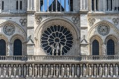 """Μέτωπο της Notre Dame με Ï""""Î¿ ροδαλό παράθυρο στοκ εικόνες"""