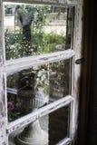Μέτωπο του εγχώριου κήπου με την πόρτα στοκ εικόνες με δικαίωμα ελεύθερης χρήσης