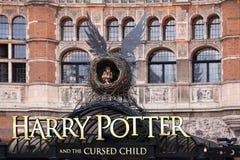 Μέτωπο του θεάτρου παλατιών στο Λονδίνο με τη μεγάλη διαφήμιση για το Harry Potter και το αναθεματισμένο παιδικό παιχνίδι στις 12 Στοκ Φωτογραφία