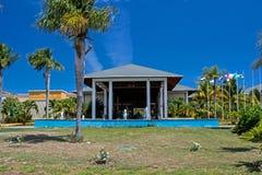 Μέτωπο του κεντρικού κτιρίου στο θέρετρο Playa Paraiso στους κοκοφοίνικες Cayo, Κούβα στοκ εικόνα με δικαίωμα ελεύθερης χρήσης
