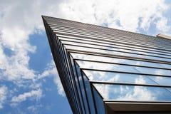 Μέτωπο του κτιρίου γραφείων με τις αντανακλάσεις σύννεφων Στοκ εικόνα με δικαίωμα ελεύθερης χρήσης