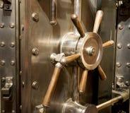 Μέτωπο του ογκώδους πίνακα κλειδαριών συνδυασμού λαβών πορτών υπόγειων θαλάμων τράπεζας στοκ φωτογραφίες με δικαίωμα ελεύθερης χρήσης