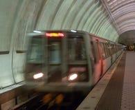 Μέτωπο του παλαιότερου πρότυπου υπόγειου τρένου που τραβά στο σταθμό στοκ εικόνα με δικαίωμα ελεύθερης χρήσης