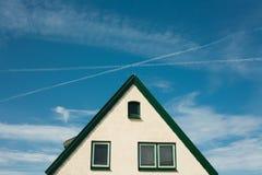 Μέτωπο του σπιτιού ενάντια στο μπλε ουρανό Στοκ φωτογραφίες με δικαίωμα ελεύθερης χρήσης