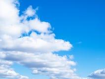 Μέτωπο των άσπρων σύννεφων στο μπλε ουρανό στοκ εικόνα
