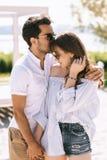 μέτωπο φίλων φιλήματος φίλων στην πόλη στοκ φωτογραφία με δικαίωμα ελεύθερης χρήσης