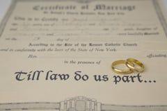 Μέχρης ότου μας κάνει ο νόμος μέρος πιστοποιητικό του γάμου και των δαχτυλιδιών Στοκ Εικόνες