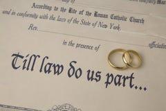 Μέχρης ότου μας κάνει ο νόμος μέρος πιστοποιητικό του γάμου και των δαχτυλιδιών Στοκ φωτογραφία με δικαίωμα ελεύθερης χρήσης