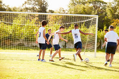 Μέλη της αρσενικής παίζοντας αντιστοιχίας ποδοσφαίρου γυμνασίου στοκ εικόνες με δικαίωμα ελεύθερης χρήσης