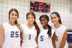Μέλη της θηλυκής αθλητικής ομάδας γυμνασίου στοκ εικόνα