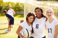 Μέλη της θηλυκής ομάδας ποδοσφαίρου γυμνασίου στοκ εικόνες