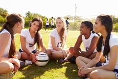 Μέλη της θηλυκής ομάδας ποδοσφαίρου γυμνασίου στοκ εικόνα με δικαίωμα ελεύθερης χρήσης