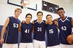 Μέλη του αρσενικού ομάδα μπάσκετ γυμνασίου στοκ εικόνες