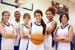 Μέλη του θηλυκού ομάδα μπάσκετ γυμνασίου με το λεωφορείο στοκ εικόνες με δικαίωμα ελεύθερης χρήσης