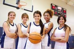 Μέλη του θηλυκού ομάδα μπάσκετ γυμνασίου στοκ εικόνα