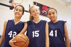 Μέλη του θηλυκού ομάδα μπάσκετ γυμνασίου στοκ φωτογραφίες