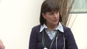 Μέλη του ιατρικού προσωπικού να συναντήσει από κοινού απόθεμα βίντεο