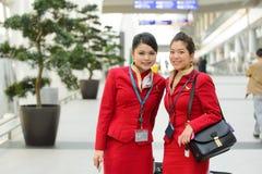 Μέλη του πληρώματος Cathay Pacific που θέτουν στον αερολιμένα Στοκ φωτογραφία με δικαίωμα ελεύθερης χρήσης