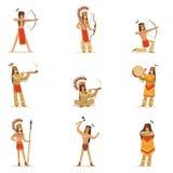 Μέλη φυλής αμερικανών ιθαγενών στον παραδοσιακό ινδικό ιματισμό με τα όπλα και άλλο πολιτιστικό σύνολο αντικειμένων κινούμενων σχ Στοκ φωτογραφία με δικαίωμα ελεύθερης χρήσης