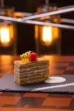 μέλι κέικ που τεμαχίζεται Στοκ Φωτογραφίες